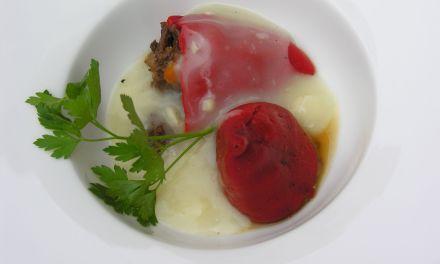 Pimientos de piquillo rellenos de rabo de toro con salsa marinera