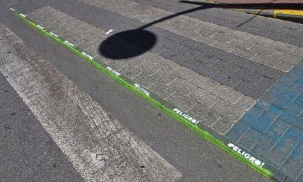 Acción solidaria ante la inacción institucional.: caravaqueños indignados rotulan los adoquines de un paso de peatones peligroso
