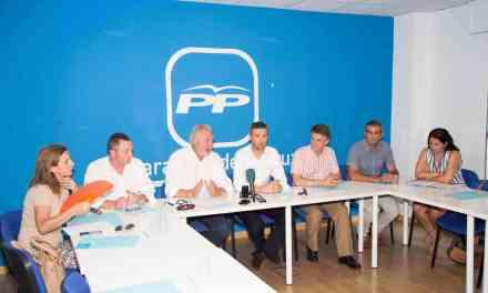 Los portavoces y diputados del PP piden a la puerta de la Asamblea más participación en la reforma de la ley electoral, y representación de comarcas como el Noroeste