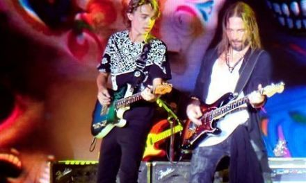 Austin Slack toca con Maná en su concierto de Benidorm ante 10.000 personas