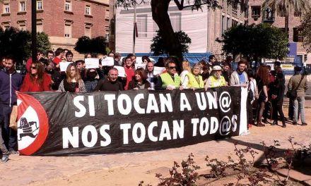 Más de cien personas se concentran para mostrar su respulsa a las agresiones neonazis en Murcia