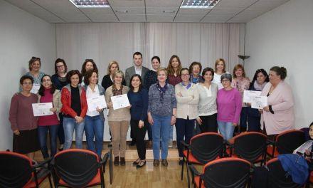 El Alcalde de Cehegín entrega los diplomas de los dos talleres sobre Inteligencia emocional.