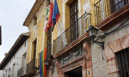 La bandera arcoíris ondea, por primera vez, en el Ayuntamiento de Cehegín, para conmemorar el Día de la Diversidad Sexual