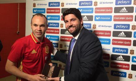 El presidente López Miras entrega al capitán de la Selección la Cruz de Caravaca con motivo del  Año Jubilar 2017