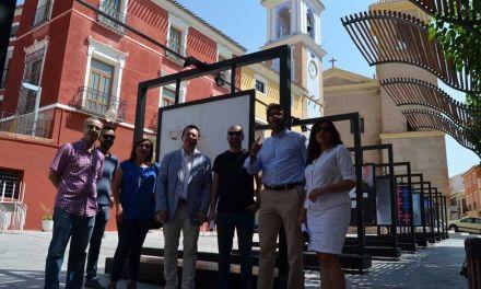 La plaza del Ayuntamiento de Mula acoge la exposición al aire libre 'Cruces de Caravaca'