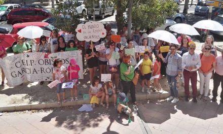 Protesta en Murcia de las familias de Bullas que se han quedado sin escolarizar a sus hijos en el centro escogido