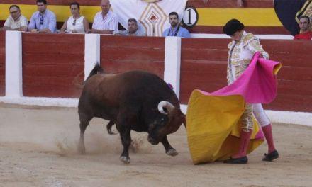 """""""Cuando sale el toro intentas compenetrarte con él y poder expresar"""", Filiberto torea en el festejo del Día de Los Santos"""