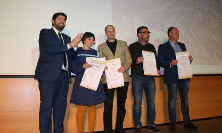 Javier Rubio y Mónica García reciben el Premio Regional de Arquitectura por los valores en sostenibilidad en su obra titulada 'La misteriosa historia del jardín que produce agua', en Cehegín
