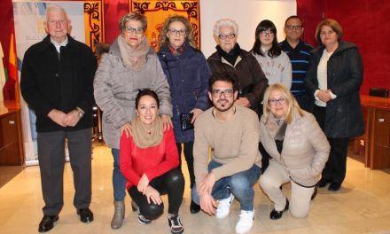 El Ayuntamiento de Bullas regala una figura de Artesanías Serrano a los belenistas de la Ruta