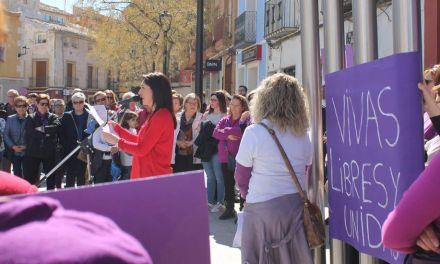 Decenas de mujeres se manifiestan en Bullas en favor de la igualdad