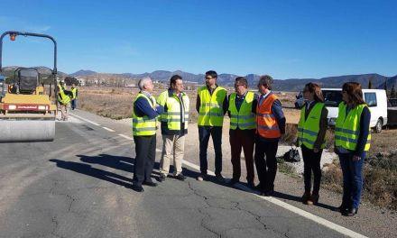 La carretera RM-702, en el tramo que comunica Archivel y Barranda, se somete a obras de reparación de firme