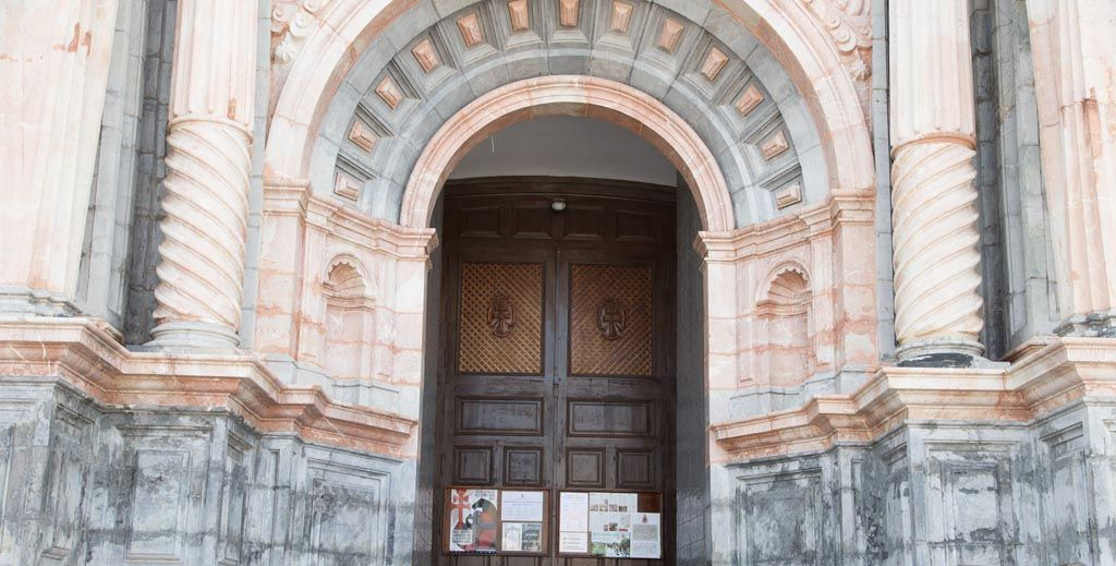 El cancel y los bancos de la Real Basílica de la Vera Cruz