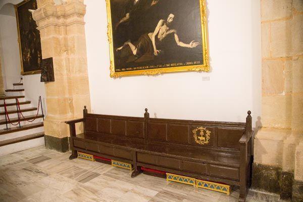 Bancos y cacela de madera Basílica Castillo
