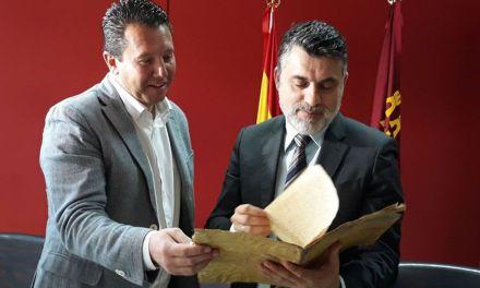 Cultura entrega a Mula un documento histórico recuperado por la Guardia Civil tras su autentificación
