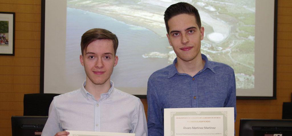 Los alumnos del IES San Juan Álvaro Martínez y Antonio Ángel recogen sus premios como ganadores de la Olimpiada de Geología