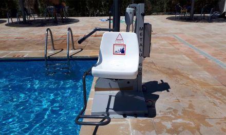 Se ha instalado en la piscina de Pliego una silla de acceso para personas con movilidad reducida