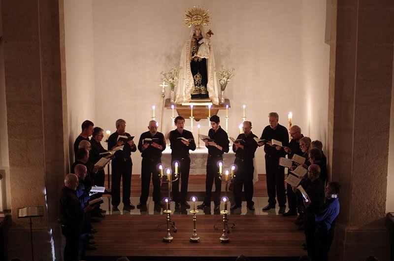 Coro a la luz de las velas. Foto JD. Morenilla