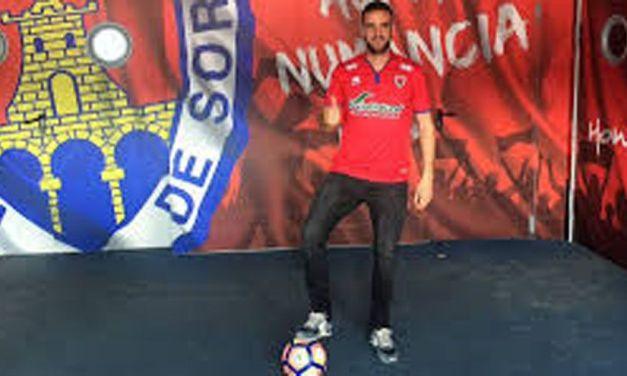 """""""En las fotos que tengo de pequeño, en todas sale un balón de fútbol a mi lado"""", Higinio Marín Escavy, futbolista calasparreño del CD Numancia"""