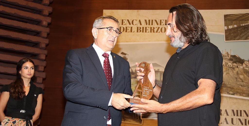 Chumilla-Carbajosa recibió el premio «Pencho Cros a los Audiovisuales» tras la emisión de su largometraje «El infierno prometido»