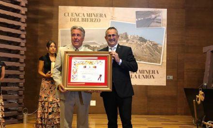 """José Joaquín Hernández recibe """"El Castillete de Oro"""" como principal artífice de la promoción del Festival a nivel internacional"""