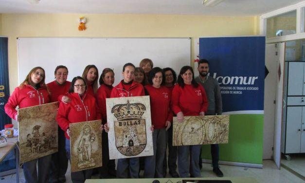Dos técnicos de UCOMUR visitan a las alumnas del Programa Mixto de Empleo y Formación