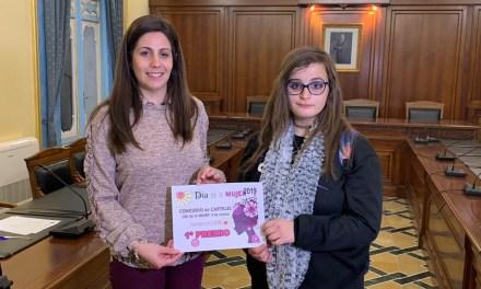 Las ganadoras del Concurso de Carteles celebrado en Cehegín por Día de la Mujer reciben sus premios