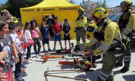 Escolares caravaqueños participan en una exhibición de medios para conocer la importancia de prevenir los incendios forestales