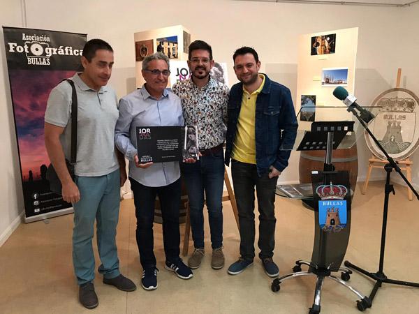 Juan Vilches recibiendo el segundo premio de los tres entregados