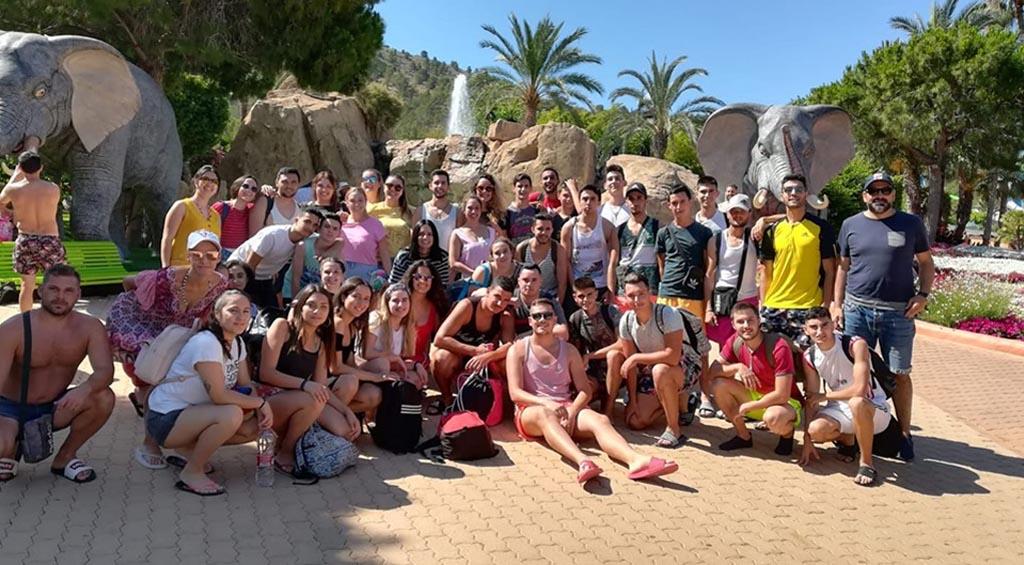 Los jóvenes de Albudeite disfrutan de un día de convivencia en Aqualandia