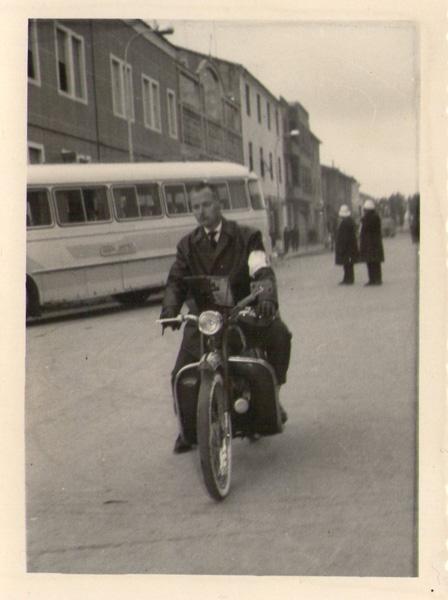 Con su moto Guzy