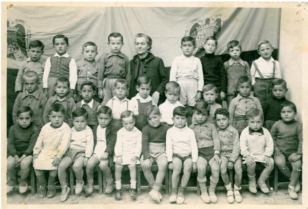 Dª Pilar y sus alumnos, hacia 1946