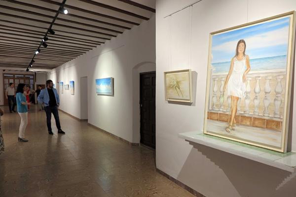 Ascensión Pérez enseña la exposición al concejal de Cultura de Caravaca, Juan Manuel de León