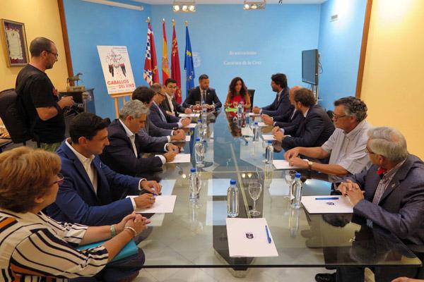 El alcalde, junto a miembros del equipo de Gobierno y patronos de la fundación, han mantenido la primera reunión de trabajo con la nueva consejera de Turismo, Juventud y Deportes