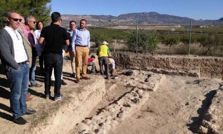 El director general de Bienes Culturales conoce la campaña de excavaciones de Los Villaricos en Mula