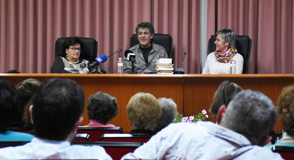"""Conferencia de Paco López Mengual para convocar el certamen literario sobre textos cortos """"EN POCAS PALABRAS"""""""