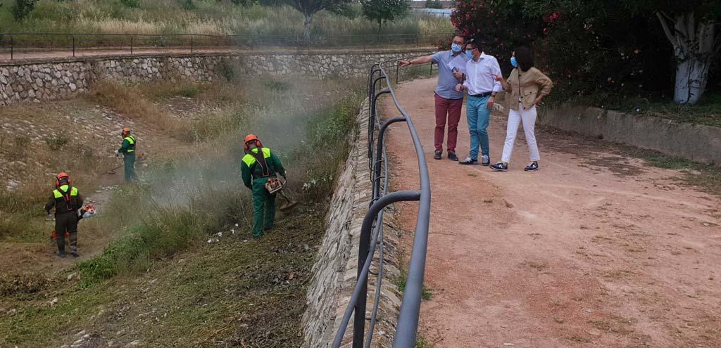 El Ayuntamiento de Caravaca lleva a cabo un plan especial de desbroce en más de 100.000 metros cuadrados de espacios municipales y en 50 caminos rurales