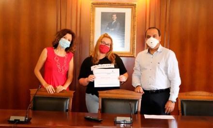 Noelia Juncos Ortega recoge el premio del concurso de logotipo del Centro de Promoción Económica.