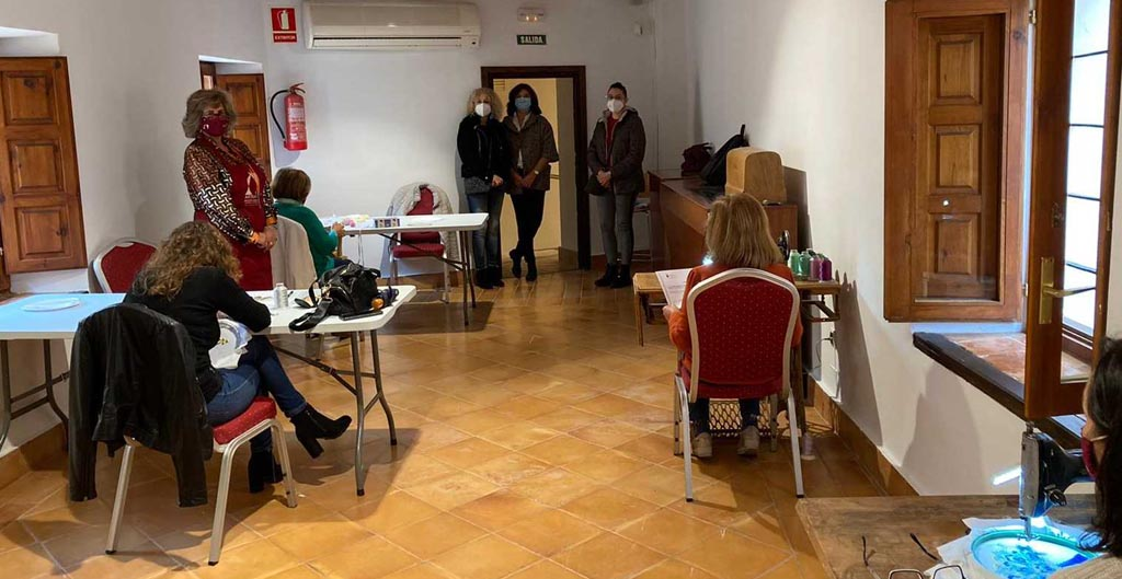 El Ayuntamiento de Caravaca, con el apoyo de la Comunidad Autónoma, forma en el arte del bordado a usuarias del Centro de Atención a Víctimas de Violencia de Género