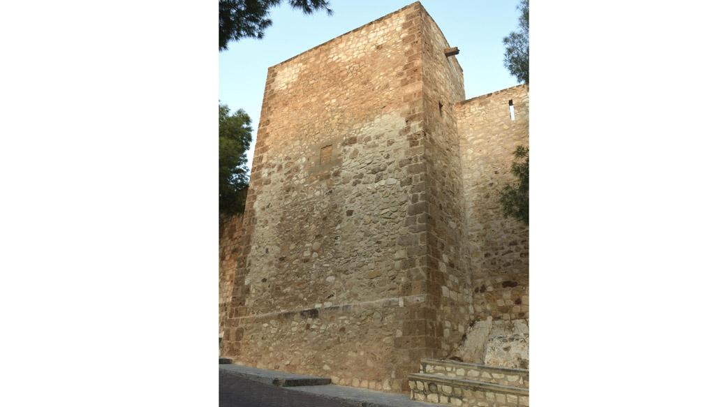 Una torre recortada en el castillo de Caravaca y el escudo del Maestre Suárez de Figueroa