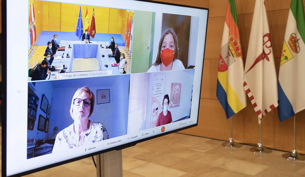La calasparreña Alicia Moreno Martínez participa en la reunión semanal del Consejo de Gobierno para aportar ideas que fomenten la acción juvenil