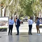 Una exposición fotográfica promociona la 40 Semana Nacional de Teatro y a Caravaca como destino cultural y turístico en el paseo Alfonso X 'el Sabio' de Murcia