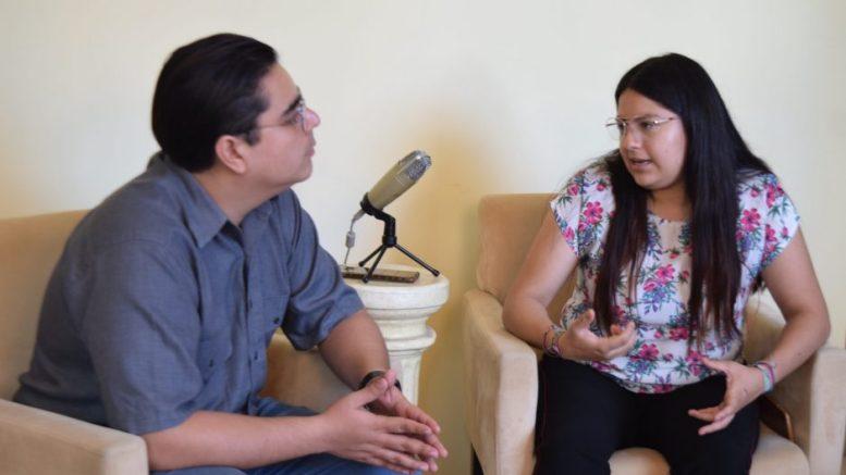 La activista Arabel Alí Mendoza entrevistada por el periodista William Valdez Verduzco. | Foto: Karina García