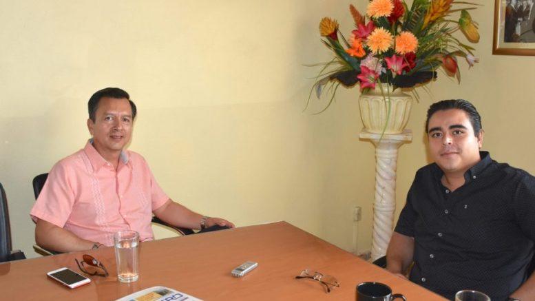 El capitán César de la Cruz Lepe, entrevistado por el periodista William Valdez Verduzco   Foto: Karina García