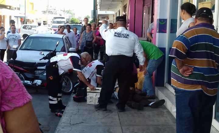 Hombre infartado en la calle Madero | Foto: Rocío Sandoval