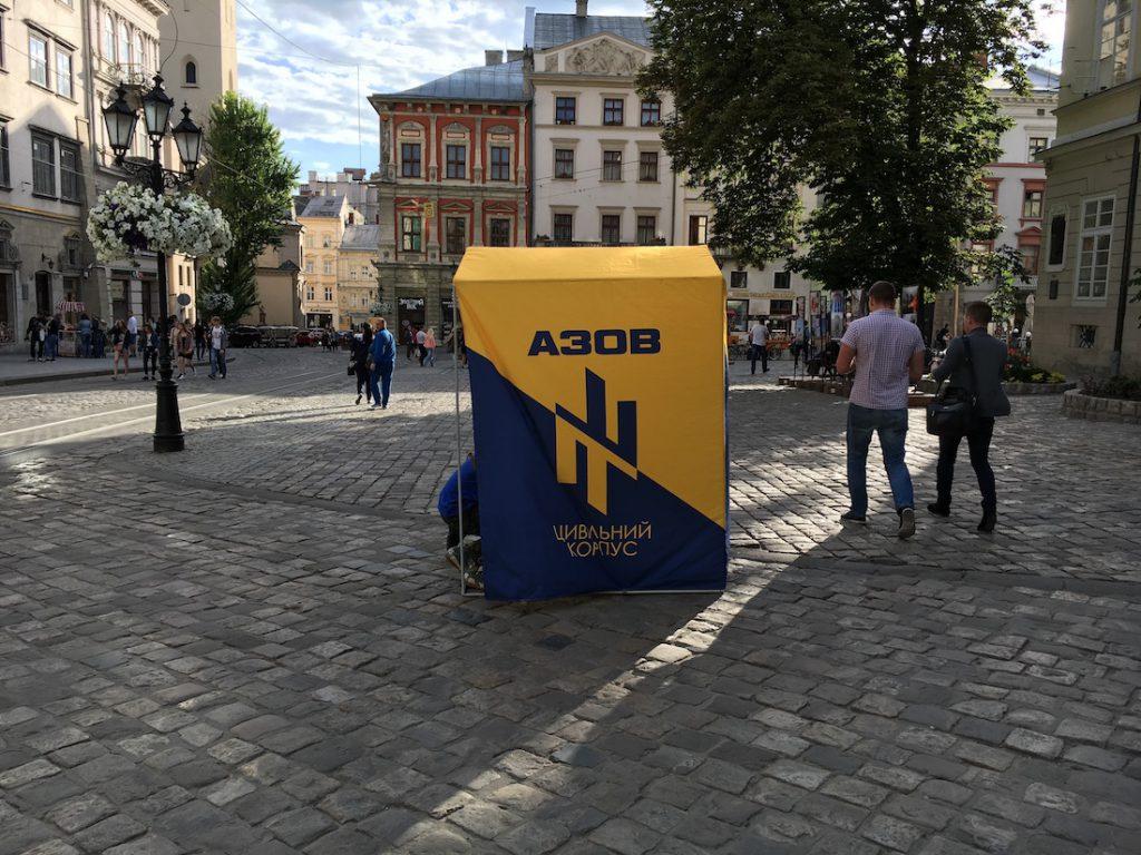 """Namiot batalionu """"Azow"""" (Азов) na lwowskim rynku"""