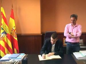 El presidente peñista firmaba en el libro de honor de la CEOS/Foto: CB Peñas
