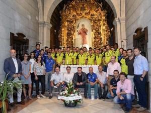 Directivos, cuerpo técnico, plantilla y empleados del club posan delante del santo / Foto: J.B.