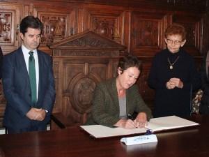 Katerina Lukesova embajadora de la República Checa en España firma en el libro de honor /Foto: Ayto. de Huesca