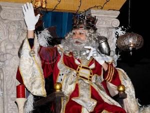 El Rey Melchor saluda a los niños / Foto: C.Pascual