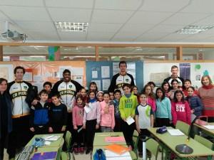 Alumnos, profesores y jugadores en el CEIP Pirineos / Foto: CB Peñas